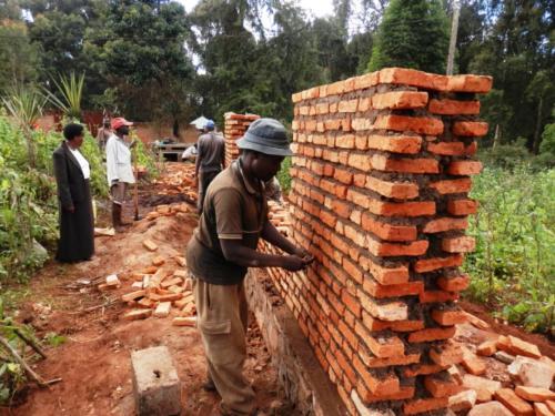 costruzione del muro di cinta